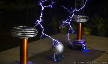 Dueling Tesla Coils Perform The HALO Theme